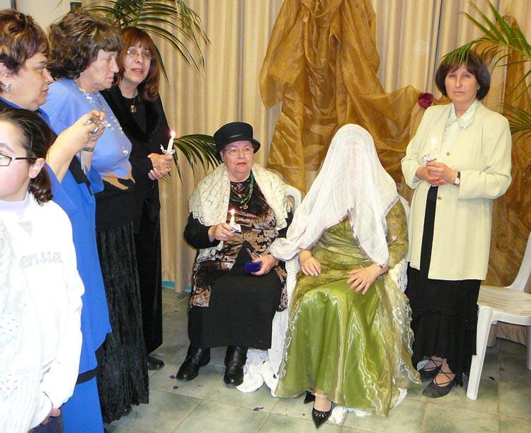 На женской половине. Невеста в ожидании жениха. Справа наш ангел - Лея.
