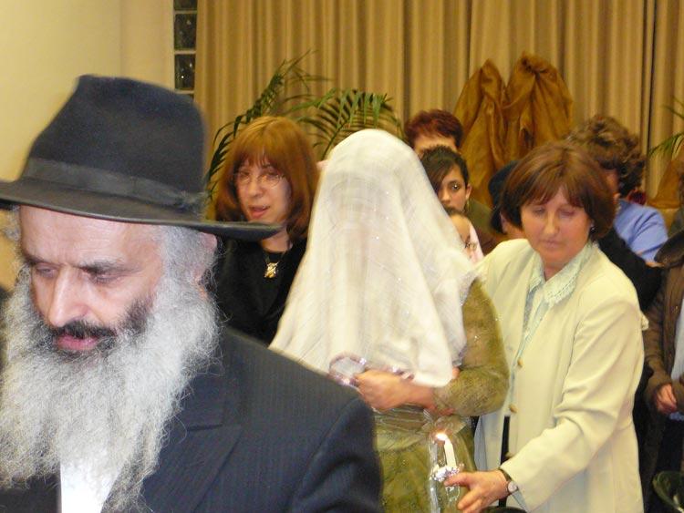 Невеста в сопровождении свиты покидает женскую половину, направляясь к хупе.