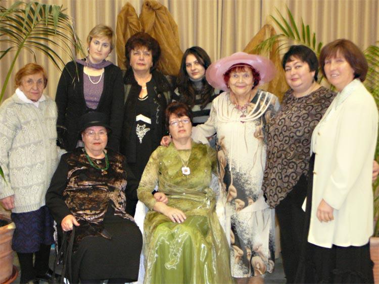 Стоят: Ирина Александровна, Маюша, Ася, Наташа, Розалия Мееровна, Марина, Лея.